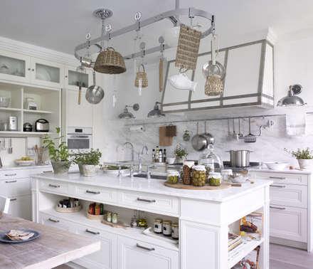 Isla con cajones, gavetas y áreas abiertas con lo que se necesita tener más a mano: Cocinas de estilo rústico de DEULONDER arquitectura domestica