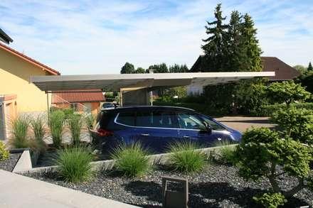 Seitenansicht: moderne Garage & Schuppen von Deutsche Carportfabrik GmbH & Co. KG