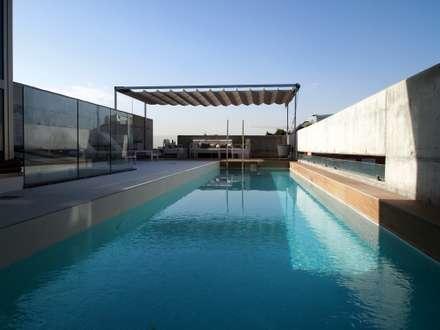piscina: Piscinas de estilo moderno de Reformmia