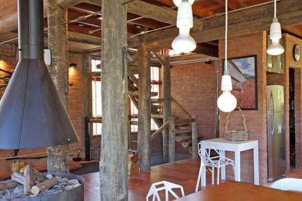 Chalé Trivelato, Atibaia-SP: Corredores, halls e escadas rústicos por SCALI & MENDES ARQUITETURA SUSTENTAVEL