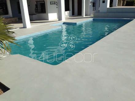 2 - Piscina e pavimento exterior em Microcimento cinza: Piscinas modernas por 4Udecor Microcimento