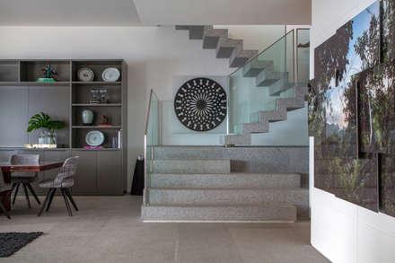 Apartamento Delta: Corredores, halls e escadas modernos por Gisele Taranto Arquitetura