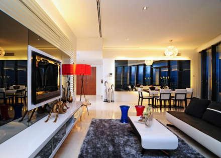 Retro Chic | CONDOMINIUM: eclectic Living room by Design Spirits