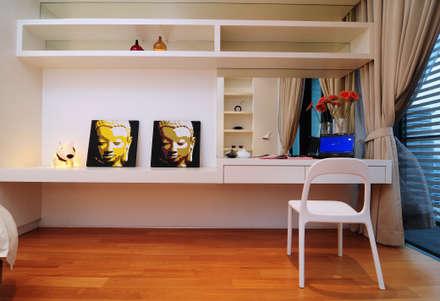 Retro Chic   CONDOMINIUM: eclectic Bedroom by Design Spirits
