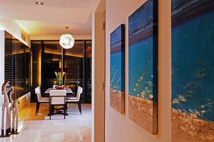 Retro Chic   CONDOMINIUM: eclectic Corridor, hallway & stairs by Design Spirits