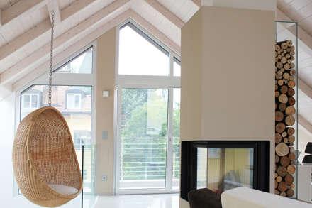 Sottotetto con caminetto: Studio in stile in stile Moderno di ARCH. SONIA GUERZONI