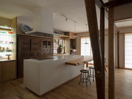 モザイクタイルのアイランドキッチン: スタジオ・スペース・クラフト一級建築士事務所が手掛けたキッチンです。