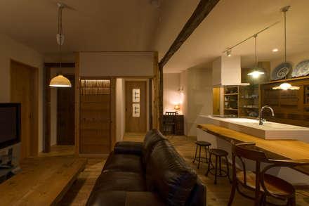 夜も優しく光をうつす素材のインテリア: スタジオ・スペース・クラフト一級建築士事務所が手掛けたリビングです。
