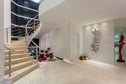 Casa Moinho dos Ventos: Corredores, halls e escadas modernos por Arquiteto Aquiles Nícolas Kílaris