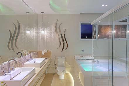 Casa Moinho dos Ventos: Banheiros modernos por Arquiteto Aquiles Nícolas Kílaris