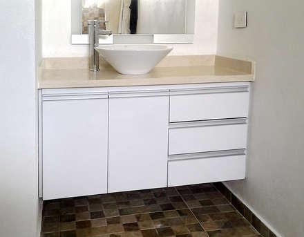 Muebles para lavamanos: Baños de estilo moderno por Remodelar Proyectos Integrales