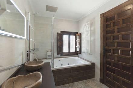 Baños de estilo rústico por Raul Garcia Studio