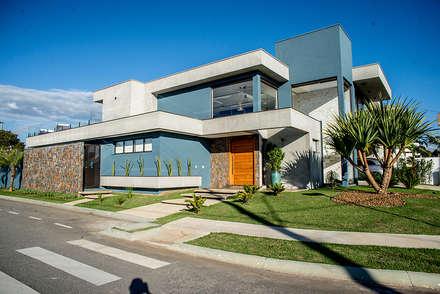 Contemporânea e de volumetria imponente: Casas modernas por Camila Castilho - Arquitetura e Interiores