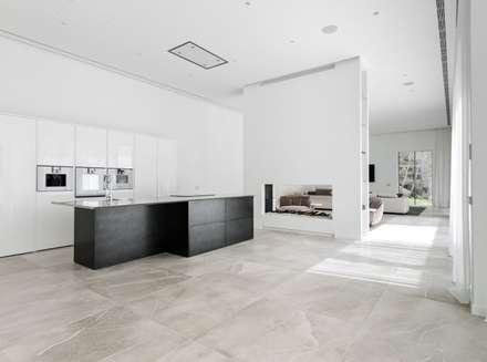 Amplia cocina contraste blanco y negro: Cocinas de estilo moderno de Bornelo Interior Design