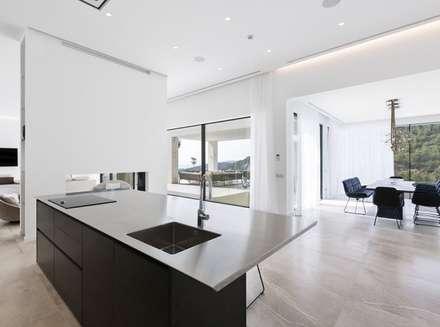 Isla de cocina: Cocinas de estilo moderno de Bornelo Interior Design