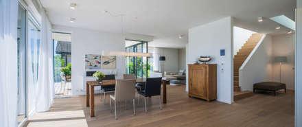 Ess-Wohnbereich modern: moderne Esszimmer von KitzlingerHaus GmbH & Co. KG