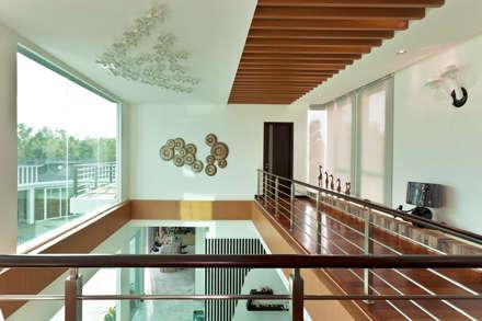 Contemporarily Dashing   BUNGALOW: modern Corridor, hallway & stairs by Design Spirits