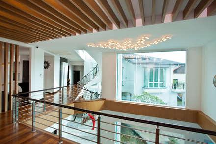 Contemporarily Dashing | BUNGALOW:  Corridor & hallway by Design Spirits