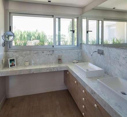 CASA ML: Baños de estilo moderno por DMS Arquitectura