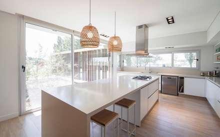 CASA ML: Cocinas de estilo moderno por DMS Arquitectura