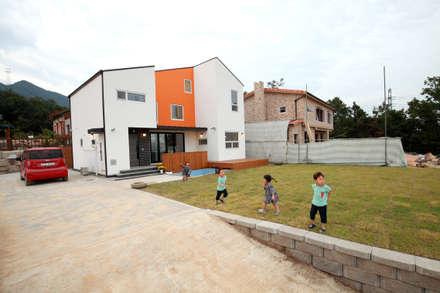 마당에서 뛰노는 아이들: 주택설계전문 디자인그룹 홈스타일토토의  정원