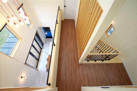 다락에서 내려다본 2층, 그리고 1층: 주택설계전문 디자인그룹 홈스타일토토의  현관 & 계단 & 복도