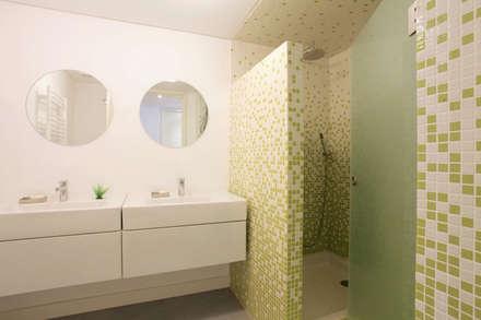 REMODELAÇÃO APARTAMENTO LISBOA: Casas de banho modernas por fernando piçarra fotografia