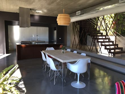 Protagonismo: Cocinas de estilo moderno por Arquitecta Fernanda Isola