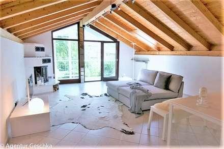 Wohn-/TV-Bereich: minimalistischer Multimedia-Raum von Münchner home staging Agentur GESCHKA