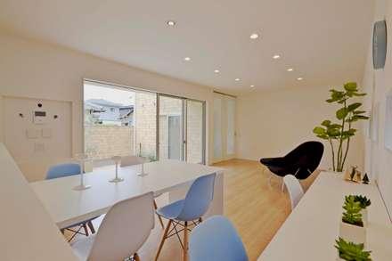Gate Garage® 包み庭の家: フォーレストデザイン一級建築士事務所が手掛けたダイニングです。