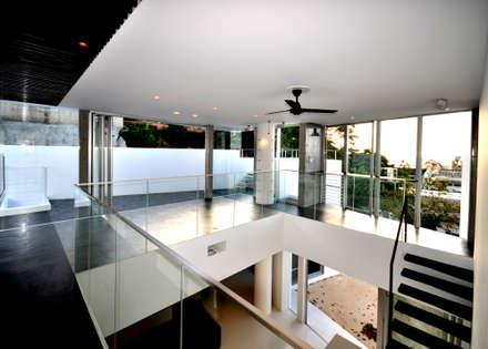 HG-HOUSE IN GINOWAN: 門一級建築士事務所が手掛けた玄関/廊下/階段です。