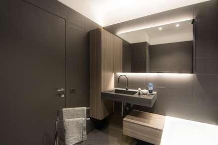 DARK WATER - a very dark bathroom - galactic renovation - TRASFORMAZIONE GALATTICA: Bagno in stile in stile Minimalista di Rachele Biancalani Studio