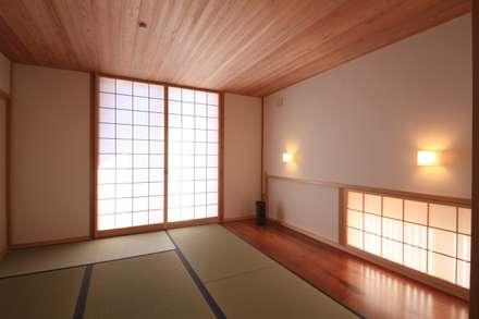 Salas de entretenimiento de estilo  por 田村建築設計工房