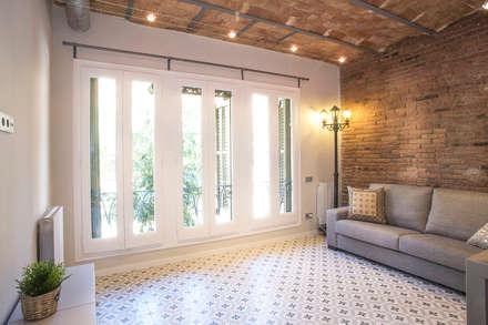 Salón con ladrillo visto: Salones de estilo moderno de Grupo Inventia