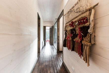 CASA RH: Pasillos, hall y escaleras de estilo  por ESTUDIO BASE ARQUITECTOS