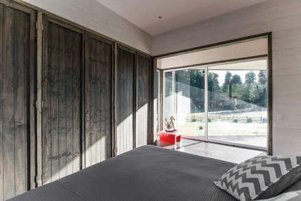 CASA RH: Dormitorios de estilo rústico por ESTUDIO BASE ARQUITECTOS