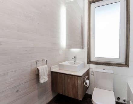 CASA RH: Baños de estilo rústico por ESTUDIO BASE ARQUITECTOS