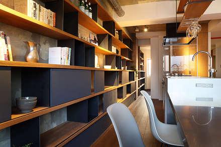 本に囲まれて暮らす家: SWITCH&Co.が手掛けたダイニングです。