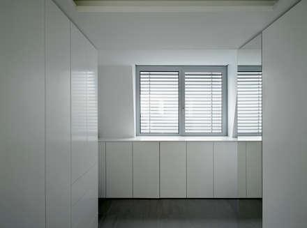 Ankleidebereich mit Zugängen von Schlaf- und Badezimmer: minimalistische Ankleidezimmer von WOLTERECK FITZNER