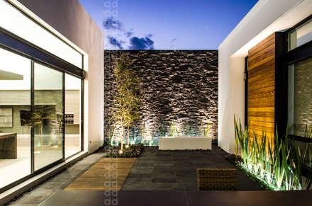 CASA AGR: Terrazas de estilo  por ADI / arquitectura y diseño interior
