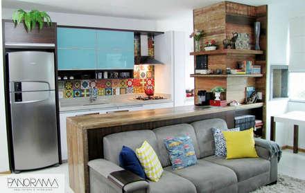 Living integrado e colorido: Cozinhas ecléticas por PANORAMA Arquitetura & Interiores