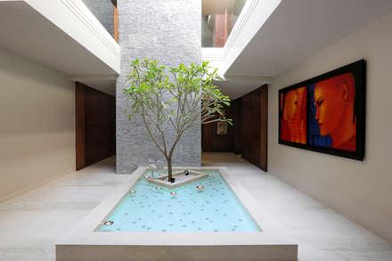 Homes:  Corridor & hallway by Rakeshh Jeswaani Interior Architects