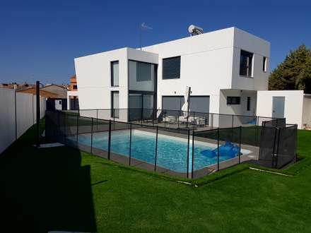 Vistas traseras de la vivienda: Piscinas de estilo moderno de MODULAR HOME