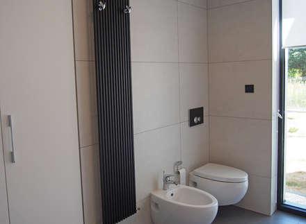 dom 200m: styl , w kategorii Łazienka zaprojektowany przez Projekt Kolektyw Sp. z o.o.