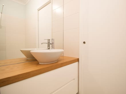 Casa do Pedro e da Sónia: Casas de banho escandinavas por Homestories