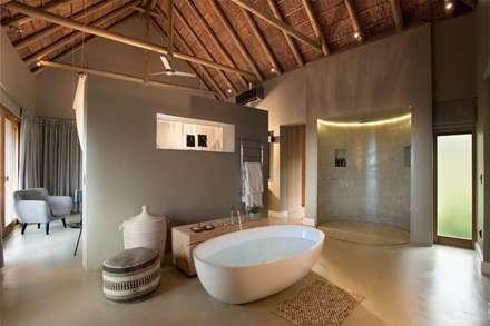 Mhondoro, een Lodge in Zuid-Afrika: moderne Badkamer door All-In Living