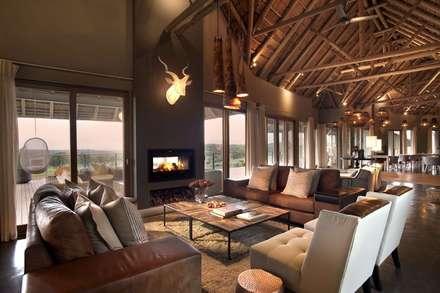 Mhondoro, een Lodge in Zuid-Afrika: moderne Woonkamer door All-In Living