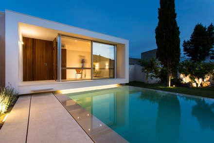 Piscina y estudio SM: Piscinas de estilo moderno de Joan Miquel Segui Arquitecte