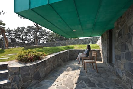 TOWER HOUSE: ON ARCHITECTURE INC.의  발코니, 베란다 & 테라스