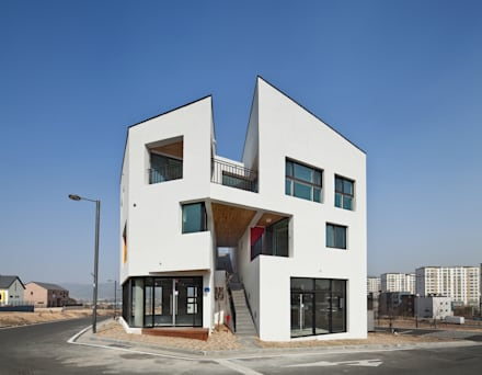 DOUBLE HOUSE: ON ARCHITECTURE INC.의  복도 & 현관